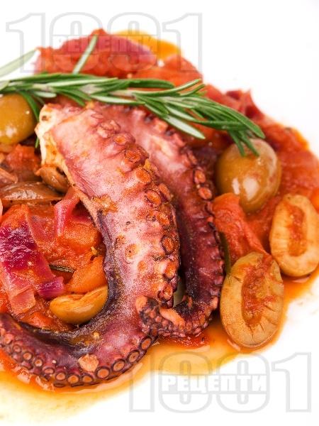 Вкусен Варен / задушен октопод в доматен сос с маслини - снимка на рецептата
